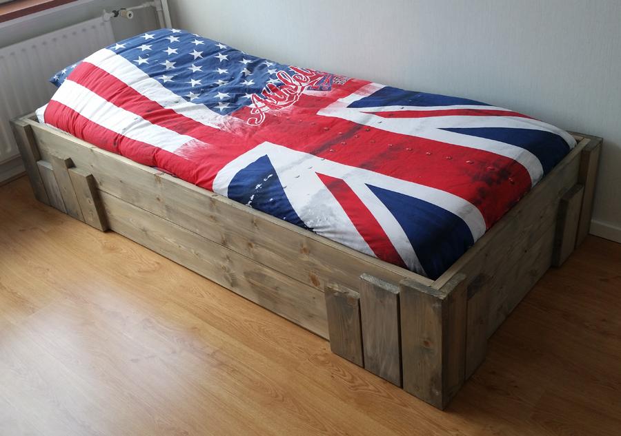 Bed tienerkamer steigerhout